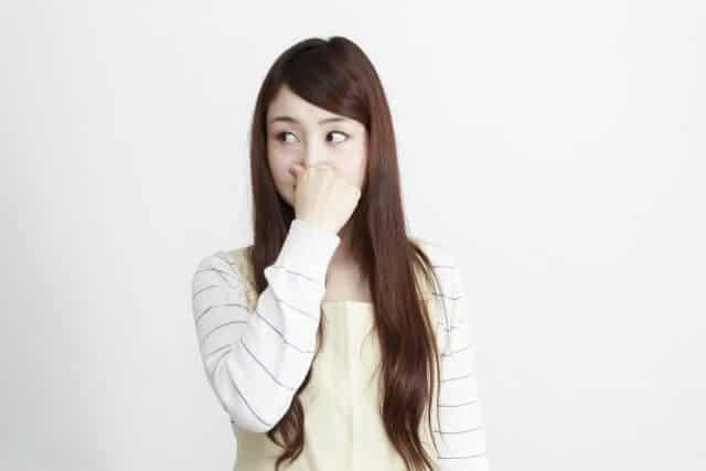 すそわきがが臭くて鼻をつまむ女性