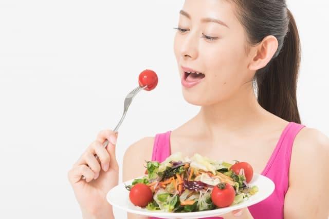 食べ物を食べる女性