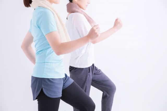 運動をして汗を流す女性