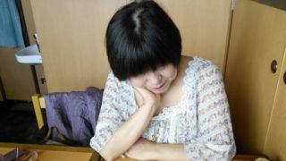 肘をついて悩んでいる更年期の女性
